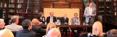 Cwnsel Cyffredinol Cymru, Theodore Huckle QC, yn cyflwyno'r Athro Crawford (o'r chwith i'r dde: yr Athro Linton, yr Athro Crawford, Syr Emyr, yr Athro Khaliq)