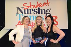 Laura yn derbyn gwobr 'Nursing Times Student Midwife of the Year'