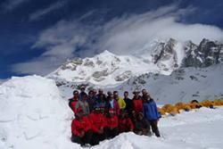 Y tîm yn yr Himalaya.