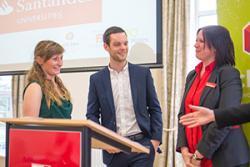 Rhi Willmot a Dan Taylor yn derbyn Gwobr Rhagoriaeth mewn Menter Santander Universities gan Diane Roberts, Rheolwr Cangen Santander Universities.