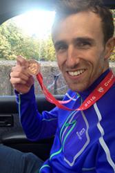 Ben yn dangos ei Medal Efydd.