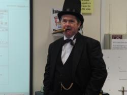 Isambard Kingdom Brunel (sef Peter Ransom) yn ymweld â myfyrwyr TAR Mathemateg
