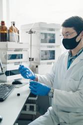 Dr Viacheslav Tverezovskiy yn labordy'r Ganolfan BioGyfansoddion