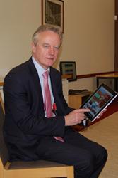Athro John G Hughes yn defnyddio'r wefan newydd.