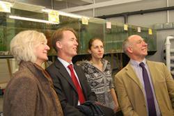 Bu Dr Emyr Roberts a Dr kathryne Monk, Prif Gynghorydd Gwyddoniaeth CNC hefyd yn ymweld â'r acwaria dŵr croyw. Yma efo'r Athro Chris Freeman. ac ymchwilydd Alix Tyers.