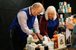 David McGinty a Sarah Somerville, dau o'r actorion yn y drama Food Banks as it is