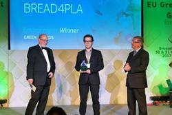 Enrique Moliner receiving the award on behalf of the BREAD4PLA team: Photo: AIMPLAS
