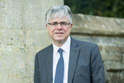 Mae'r Athro Iwan Davies wedi ei benodi'n Is-ganghellor Prifysgol Bangor.