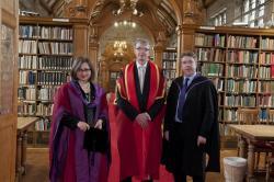 Yr Athro Malcolm Evans OBE, canol, gyda'r Athro Suzannah Linton (chwith) a Phennaeth yr Ysgol, yr Athro Dermot Cahill