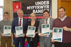 O'r chwith: Rhys Taylor (Llywydd, UM Bangor); Yr Athro John G Hughes (Is-ganghellor); Beth Button (Llywydd, UCM Cymru); Steve Coole (Cyfarwyddwr NUS Cymru); Rhys Dart (Cyfarwyddwr UM Bangor)