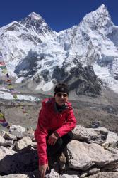 Lydia Simpson yn ystod taith ymchwil i Everest.