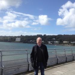 Yr Athro Gerhard Riemann yn mwynhau dro ar pier Bangor