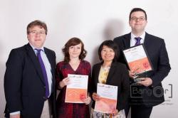Chwith i dde: Pennaeth yr Ysgol, yr Athro Dermot Cahill; Dr Marie Parker; Li Ling Tang a Stephen Clear yn y seremoni wobrwyo