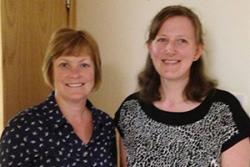 Derbyniodd Mary (chwith) a Sheila eu Gwobrau mewn seremoni a gynhaliwyd ym Mhrifysgol  Bournemouth.