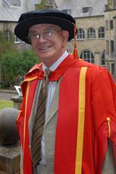 Syr John ar achlysur dyfarnu Gradd er Anrhydedd Prifysgol Bangor iddo.