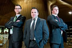 Cwith -dde: James Gudgeon, James Gilespie and Bryan Walls aelodau'r Tim ( efo to bach ar yr i) a fu'n 'Brolio' yn y Senedd. Credyd llun Sefydliad Marchnata Siartredig
