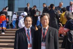 Dr Wei Shi (right) with Professor Jin Huang, President of CUPL