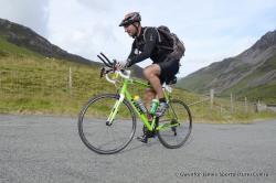 Xavier yn ymarfer ar gyfer y her Ironman Cymru, bydd yn cael ei chynnal yn Ninbych y Pysgod ym mis Medi