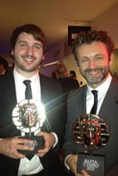 Osian Williams (Chwith) gyda'r actor Michael Sheen