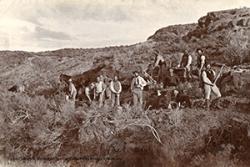 2.Llun o grwp o wladfawyr yn adeiladu ffordd yn 'Hafn y Mynach' Cwm Hyfryd, 1888